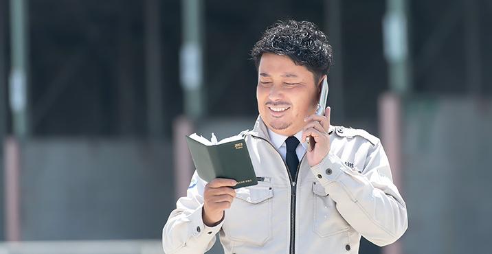 電話をしながら手帳を確認している様子
