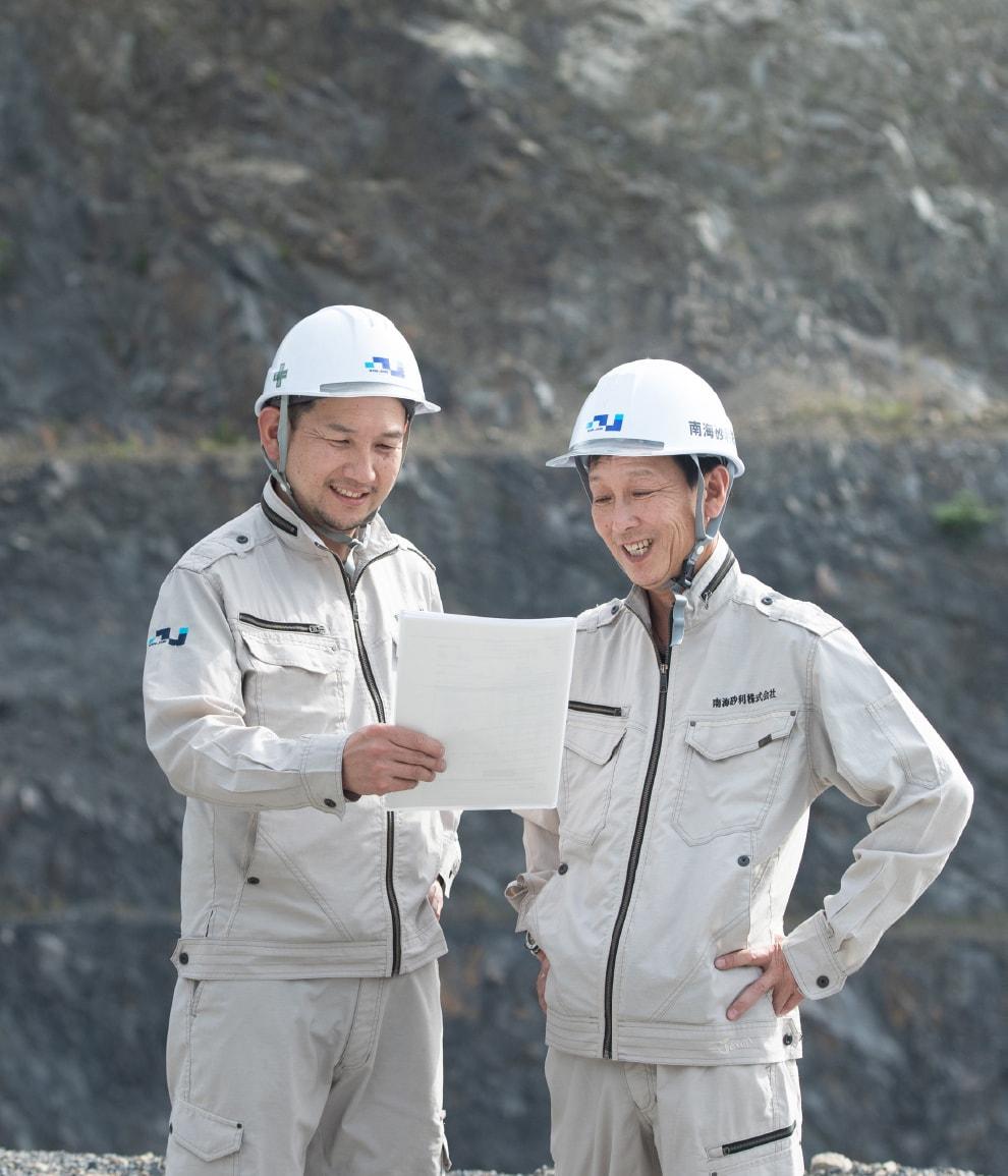 二人の男性が話をしている写真
